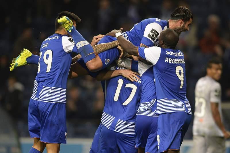 Jesús Corona celebra o golo da vitória com os companheiros de equipa do FC Porto
