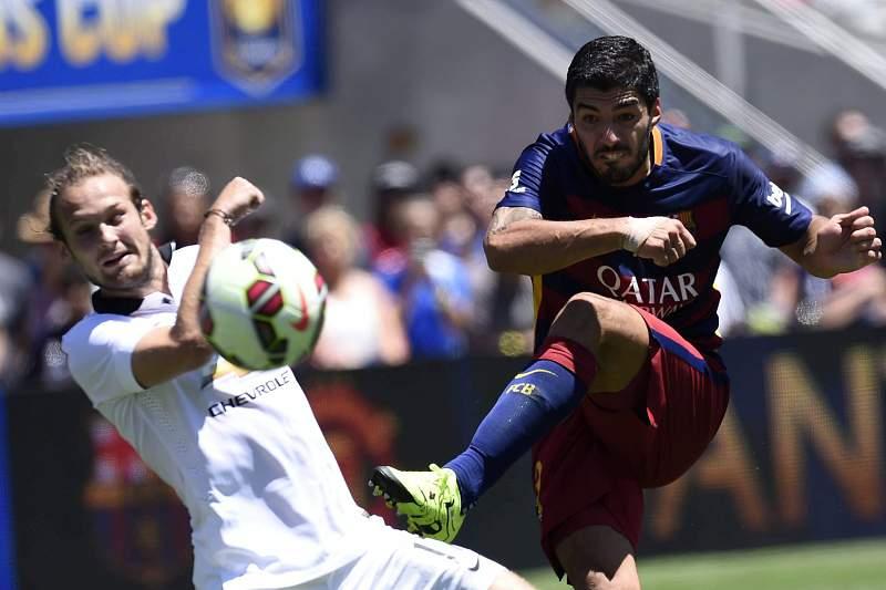 Suarez e Daley Blind disputam a bola