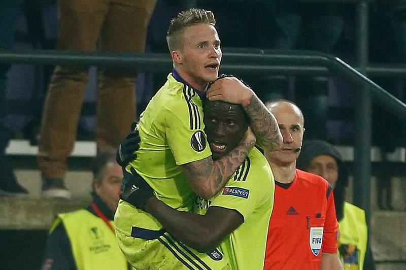 Kara Mbodji Serigne Modou celebra com Alexander Buttner o golo marcado ao Olympiakos