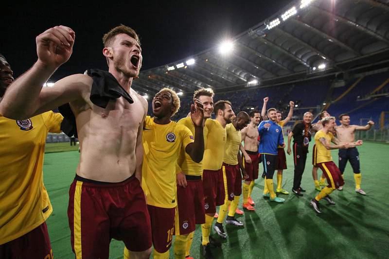 Jogadores do Sparta de Praga fazem a festa no relvado do Estádio Olímpico de Roma