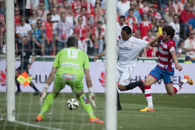 Carlos Bacca tenta um remate à baliza do Granada