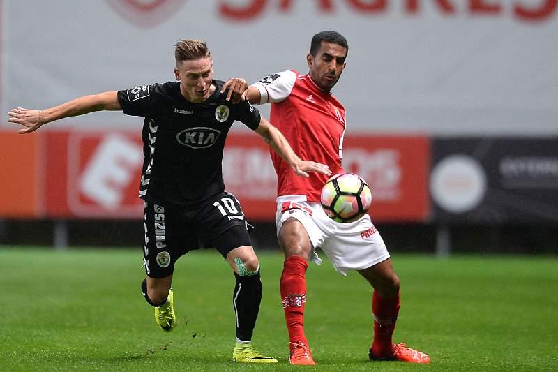 Marcelo Goiano disputa uma bola com Santos