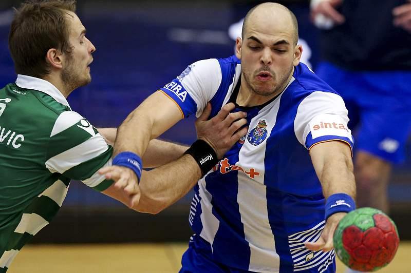 Gustavo Rodrigues disputa uma bola com Bosko Bjelanovic