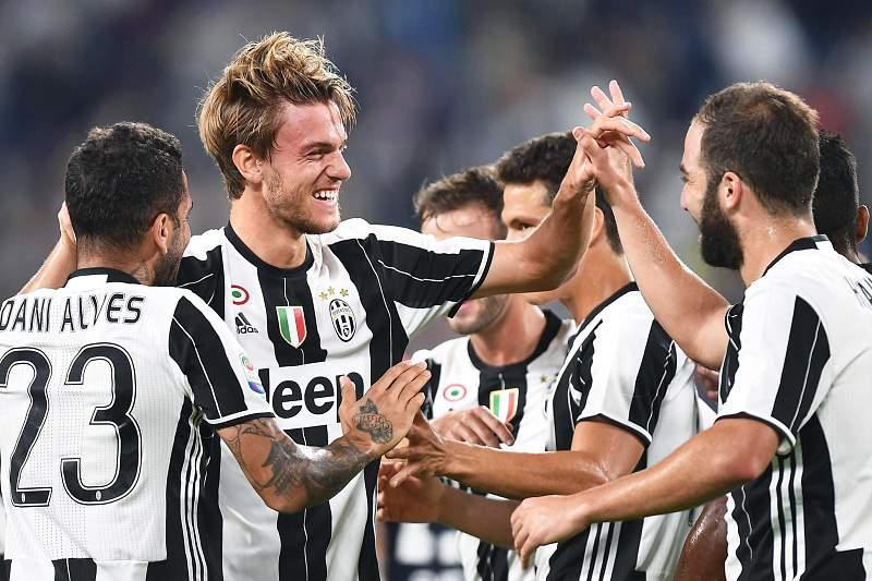 Daniele Rugani celebra um golo da Juventus com Dani Alves e Gonzalo Higuaín