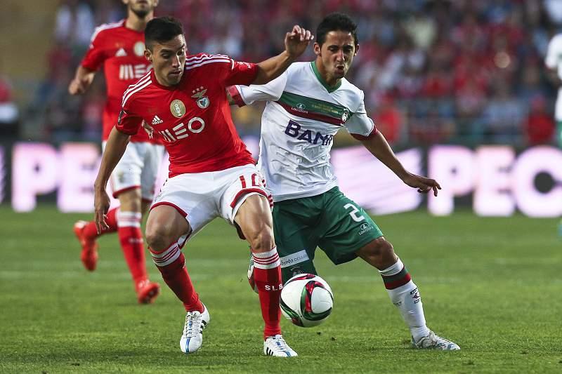 Nico Gaitán disputa a bola com João Diogo