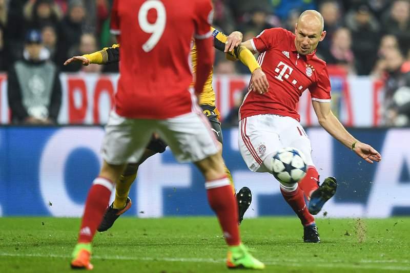 Arjen Robben no momento do remate para golo frente ao Arsenal