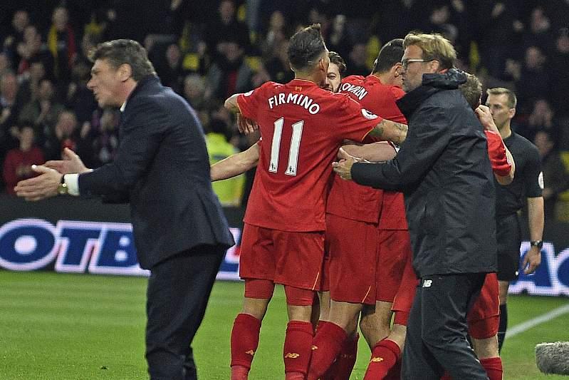 Jogadores do Liverpool celebram a vitória sobre o Watford