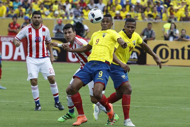 Ortigoza em ação pelo Paraguai num jogo contra o Equador