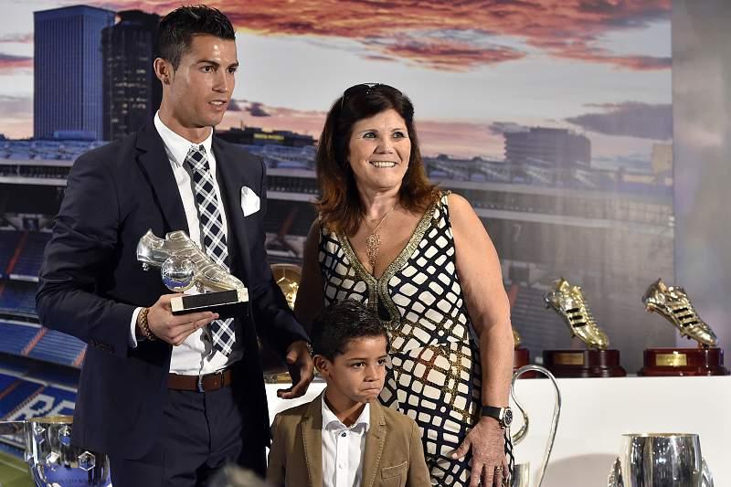 Cristiano Ronaldo com a mãe e o filho.
