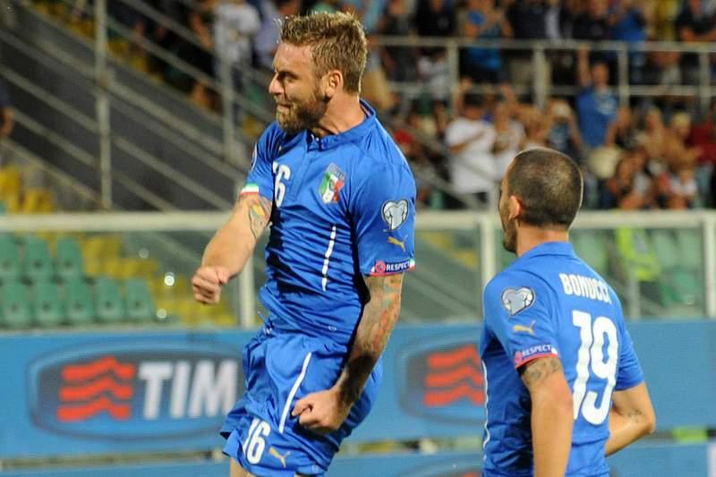 Daniele De Rossi (E) celebra o golo dos italianos