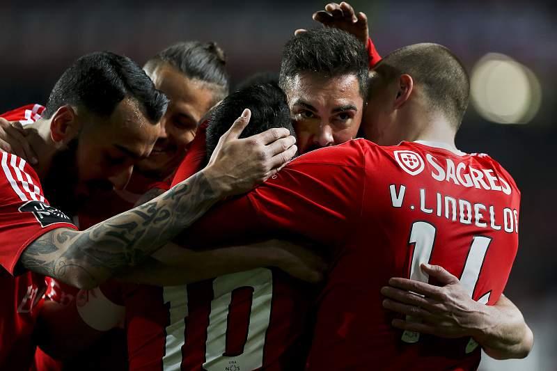 Jogadores do Benfica celebram um golo frente ao Tondela
