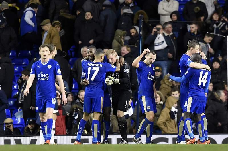 Jogadores do Leicester celebram vitória em White Hart Lane