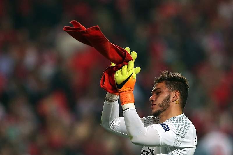 Ederson celebra a vitória do Benfica sobre o Dínamo Kiev