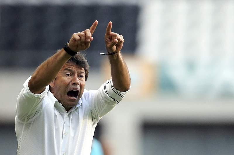 Erwin Sánchez em ação no Estádio do Bessa durante o jogo com o Moreirense