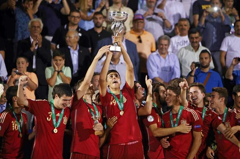 Jogadores espanhóis celebram o título de campeões da Europa de sub19