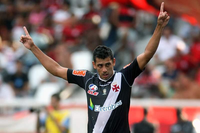Diego Souza celebra um golo pelo Vasco da Gama em 2011 num jogo contra o Flamengo