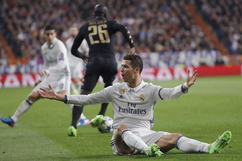 Real Madrid - Nápoles: Cristiano Ronaldo reclama com o árbitro