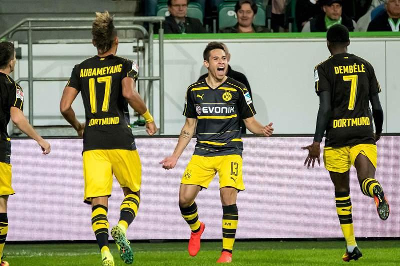 Raphael Guerreiro celebra um golo pelo Borussia Dortmund