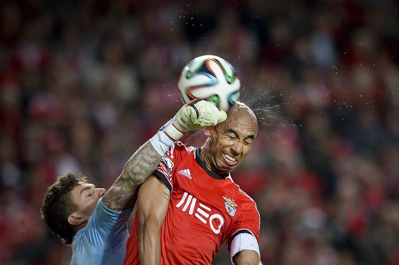Ederson Moraes em ação contra o Benfica
