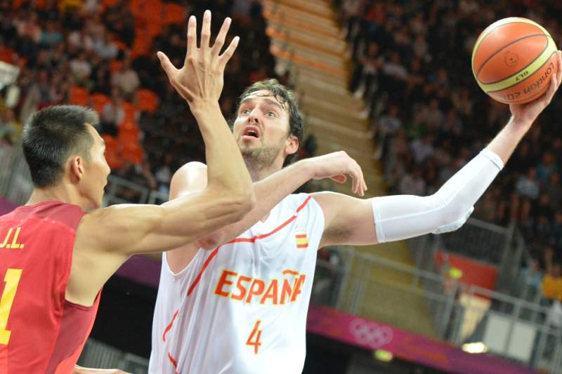 Spanish forward Pau Gasol (R) shoots in front of Chinese centre Yi Jianlian during the Men's Preliminary Round Group B match Spain vs China at the London 2012 Olympic Games , on July 29, 2012 in London. AFP PHOTO / MARK RALSTON