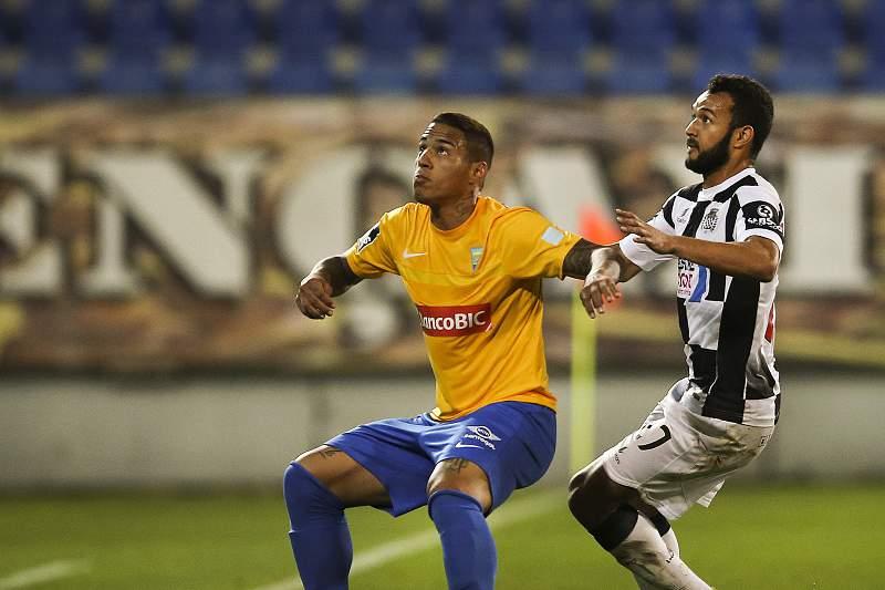 Carlinhos disputa uma bola com Carvalho