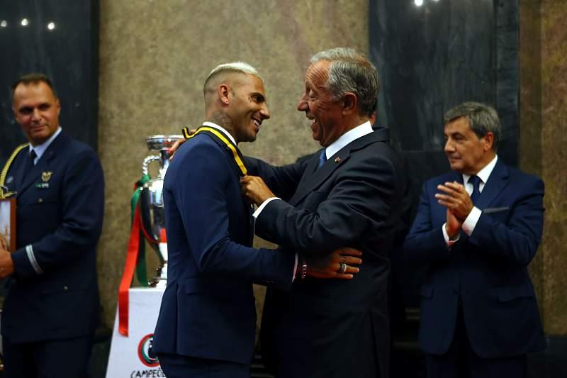 Marcelo Rebelo de Sousa condecora Ricardo Quaresma