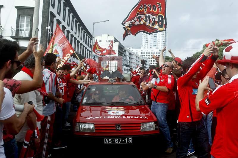 Adeptos benfiquistas em Ponta Delgada concentram festejos nas Portas da Cidade