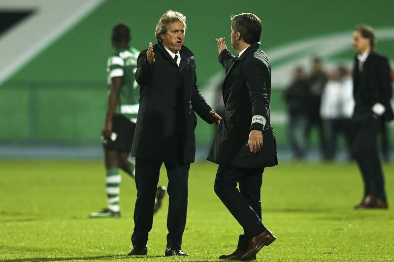 Jorge Jesus cumprimenta Bruno de Carvalho logo após o final do jogo entre Sporting e Belenenses no Restelo