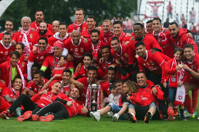 Jogadores do Benfica celebram a conquista da Taça de Portugal no Jamor depois de vencer o Vitória SC por 2-1