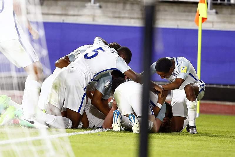 Jogadores ingleses celebram o golo de Dowell Kieran frente à Coreia do Sul