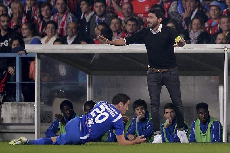 Andrés Madrid, treinador do Vianense, dá instruções aos seus jogadores durante o jogo com o Benfica
