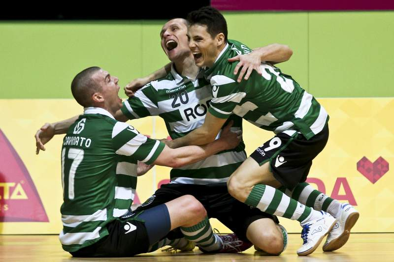 Cavinato (E), Fortino (C) e Merlin (D) do Sporting festejam