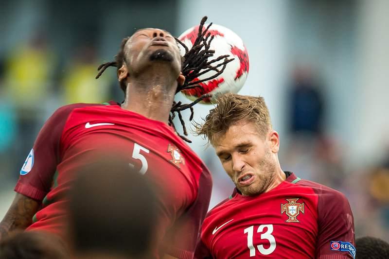 Ruben Semedo e Kevin Rodrigues disputam uma bola durante o jogo de Portugal contra a Sérvia