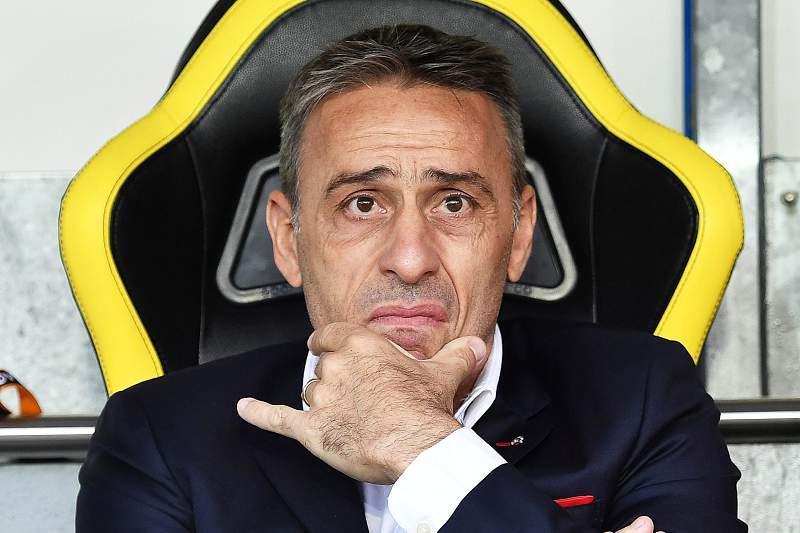 Paulo Bento reage durante um jogo do Olympiakos