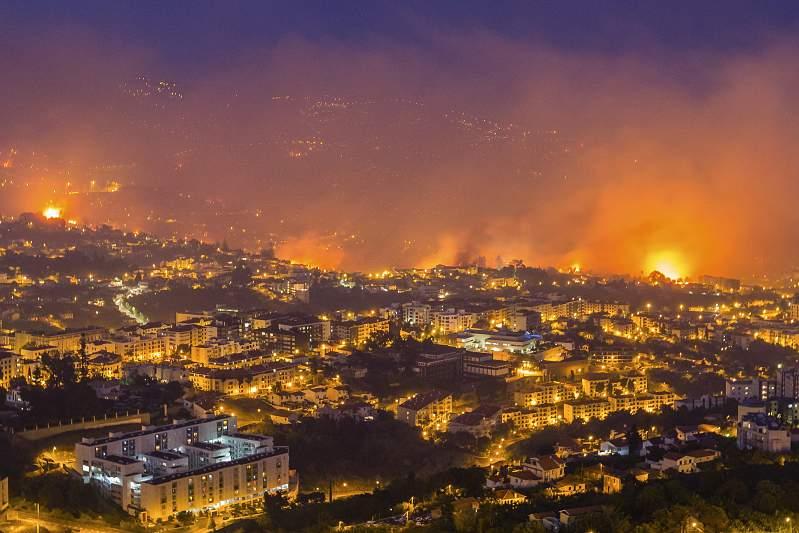 Incêndio chegou ao centro da cidade do Funchal
