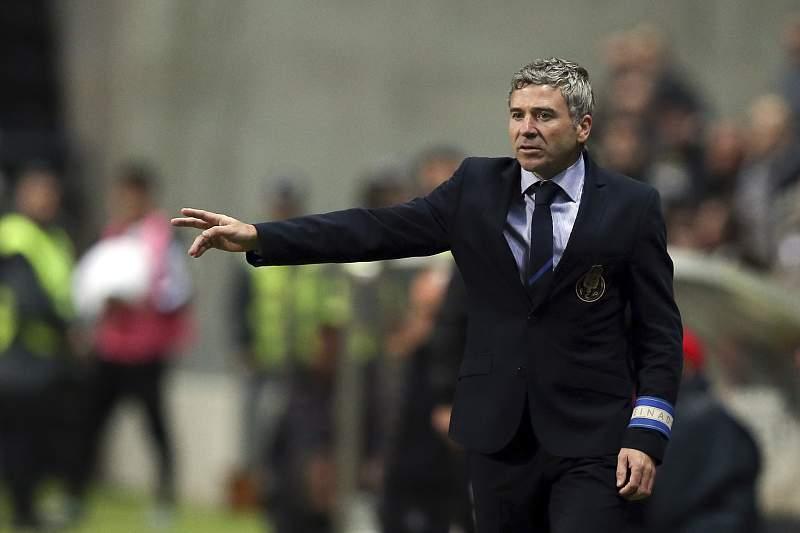 Rui Barros dá indicações no Estádio do Bessa durante um jogo da Taça de Portugal entre FC Porto e Boavista