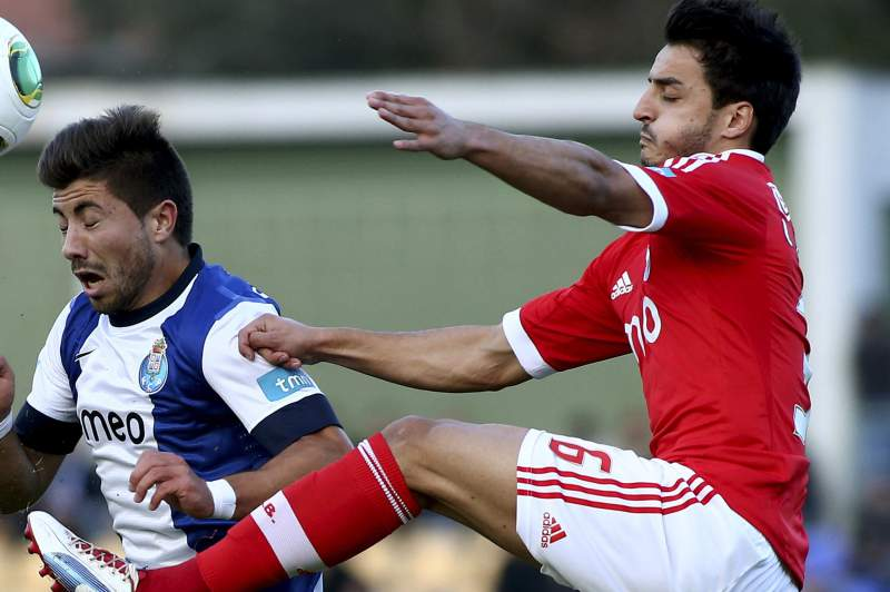 Tozé disputa a bola com Luís Martins
