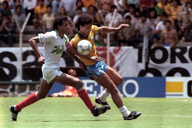 O argelino Lakhdar Belloumi disputa uma bola com Careca durante um jogo do Mundial 1986 entre Argélia e Brasil