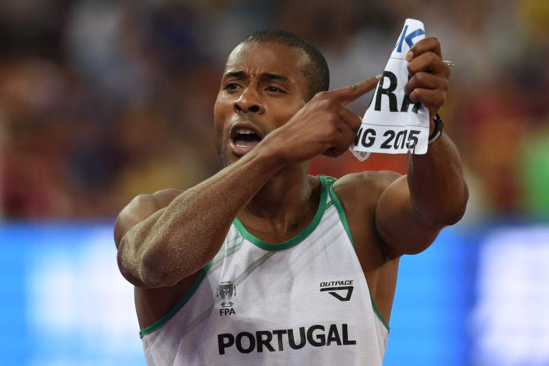 Nélson Évora celebra bronze no Mundial