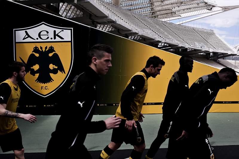 Jogadores do AEK de Atenas entram em campo para um jogo da Liga grega à porta fechada