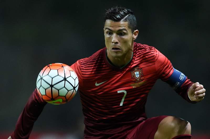 Cristiano Ronaldo controla uma bola no jogo contra a Dinamarca