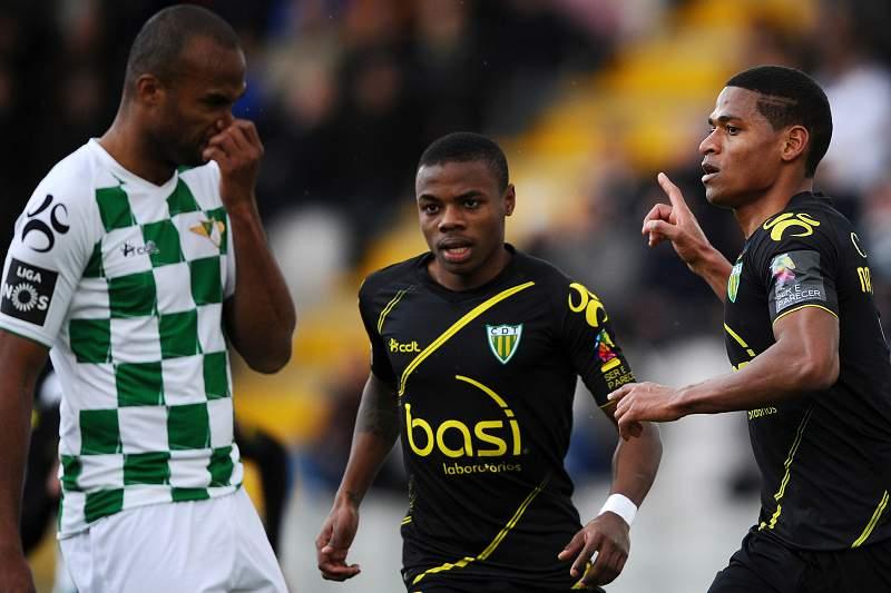 O jogador Nathan Junior (1-D) do Tondela celebra golo