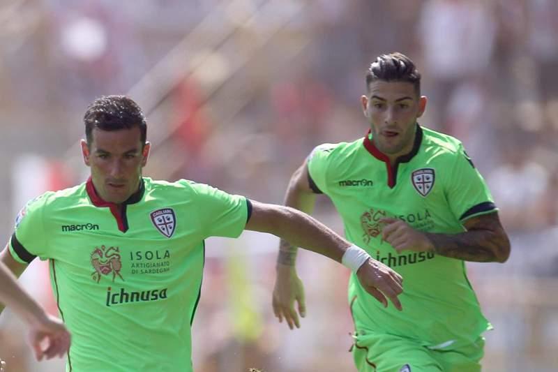 Emil Krafth tenta impedir que Simone Padoin conduza a bola durante o jogo entre Bolonha e Cagliari