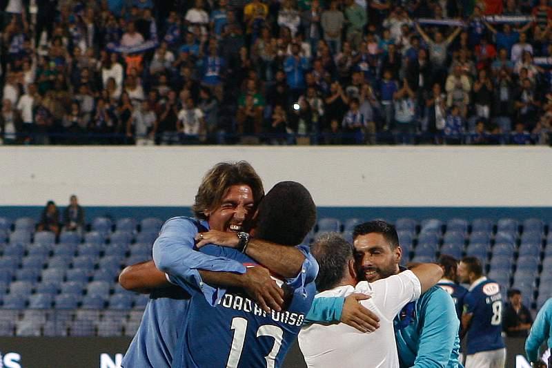 Sá Pinto abraça um jogador após o histórico apuramento para a fase de grupos da Liga Europa