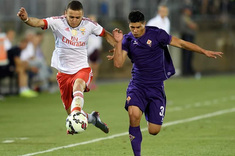 Jonathan Rodríguez disputa a bola com Facundo Roncaglia