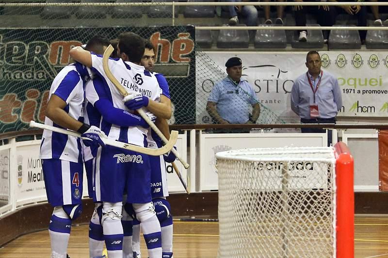 Jogadores do FC Porto celebram a vitória sobre o Benfica em hóquei em patins na final da Supertaça António Livramento