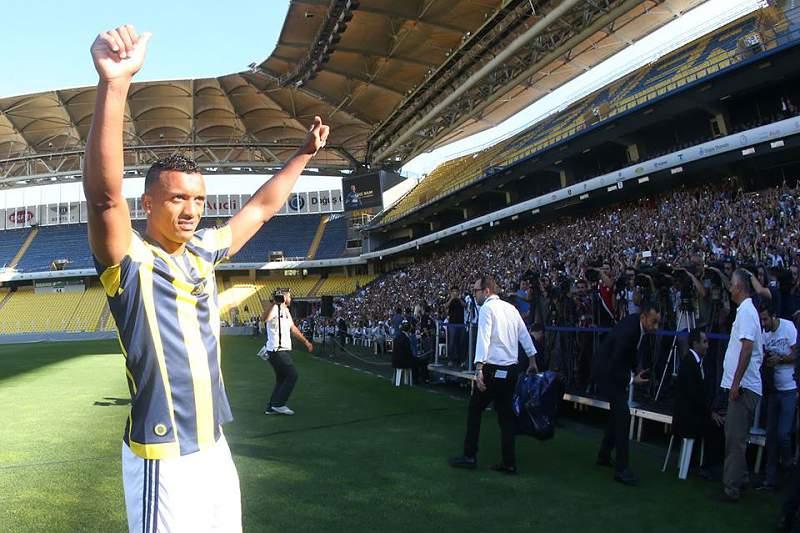 Nani cumprimenta adeptos do Fenerbahçe