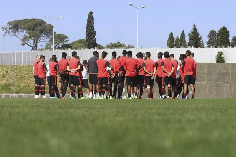 A equipa de Sub-19 do Benfica antes de um treino de preparação no Centro de Estágios do Seixal