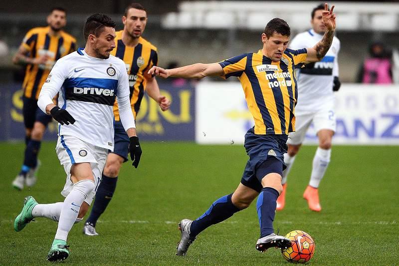 Pawel Wszolek do Verona conduz a bola durante o jogo com o Inter de Milão