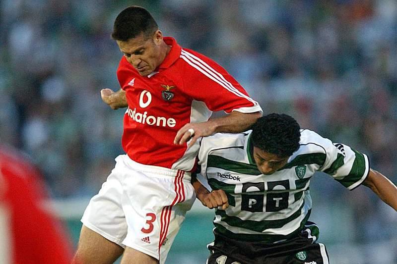 Mário Jardel disputa uma bola com Argel durante um dérbi entre Sporting e Benfica de 2002
